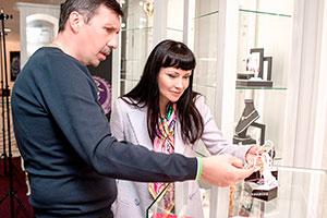 Влад Денисов иНонна Гришаеву впремиум салоне «Галерея самоцветов» наарбате