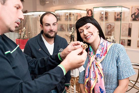 Влад Денисов, Нонна Гришаева иАлександр Нестеров выбирают кольцо всалоне «Галерея самоцветов»