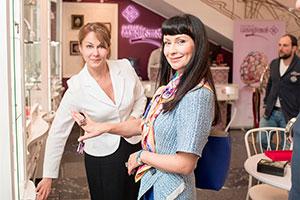 Ноона Гришаева примеряет украшения всалоне «Галерея самоцветов»