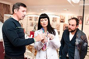 Влад денис, Нонна Гришаева иАлександр Нестеров всалоне «Галерея самоцветов»