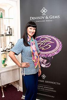 Нонна Гришаева вювелирном салоне «Галерея самоцветов»