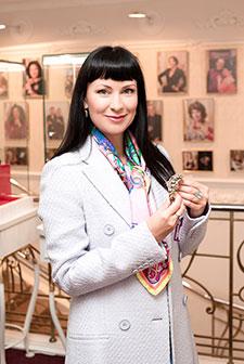Нонна Гришаева выбирает браслет всалоне «Галерея самоцветов»