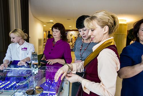 Посетители выставки «Галерея самоцветов» были ввосторге отукрашений снатуральными камнями