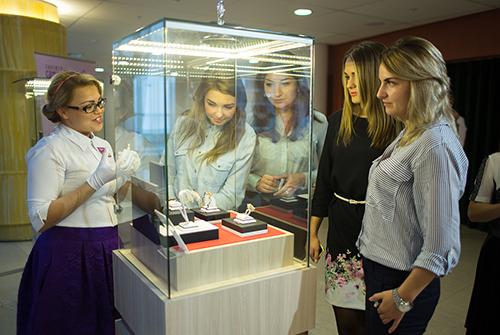 Гости ювелирной выставки «Галерея самоцветов» были ввосторге отпредставленной коллекции украшений