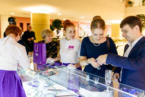 Гости мероприятия были ввосторге отколлекций представленных ювелирным холдингом «Галерея самоцветов»