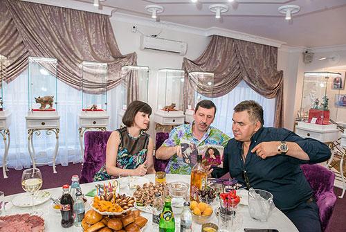 Рита, Влад Денисовы иСтас Садальский всалоне «Галерея самоцветов» наАрбате