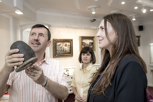 Татьяна Лютаева всалоне премиум-класса «Галерея самоцветов» наАрбате