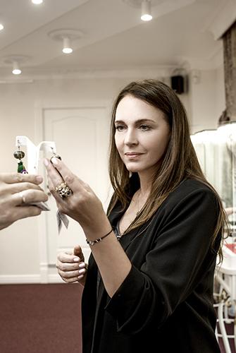 Татьяна Лютаева выбирает подарки себе исвоим близким вновом салоне «Галерея самоцветов» наАрбате