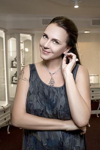 Татьяна Лютаева выбирает украшения в«Галерее самоцветов»