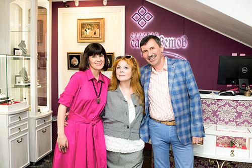 Клара Новикова всалоне «Галерея самоцветов» наАрбате