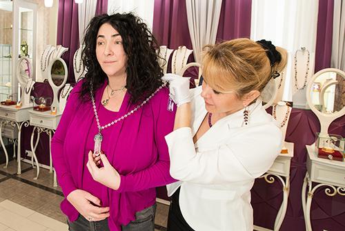 Лолита Милявская выбирает украшения в«Галерее Самоцветов»