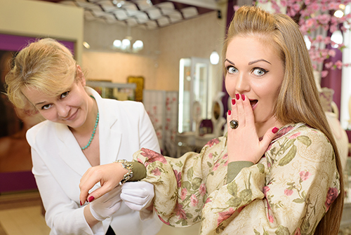 Марина Девятова выбирает украшения вГалерее самоцветов