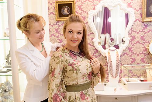 Марина Девятова выбирает украшения изнатуральных камней в«Галерее Самоцветов»