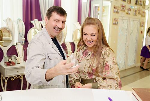 Марина Девятова выбирает подарки в«Галерее Самоцветов»
