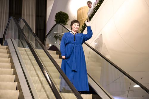 Модель Ольга Будилина, управляющая региональной сетью холдинга «Галерея самоцветов», вплатье отНадежды Бабкиной