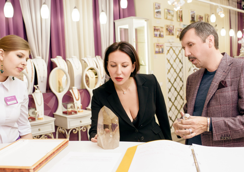 Алика Смехова выбирает натуральные камни в«Галерее самоцветов»