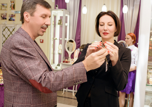 Алика Смехова выбирает украшения в«Галерее самоцветов»