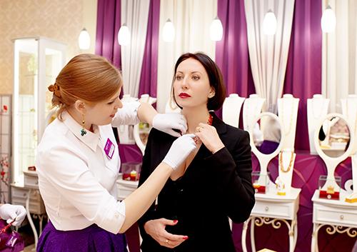 """Алика Смехова выбирает украшения в""""Галерее самоцветов»"""