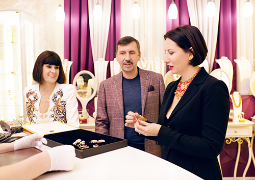 Алика Смехова выбирает Новогодние подарки в«Галерее самоцветов»