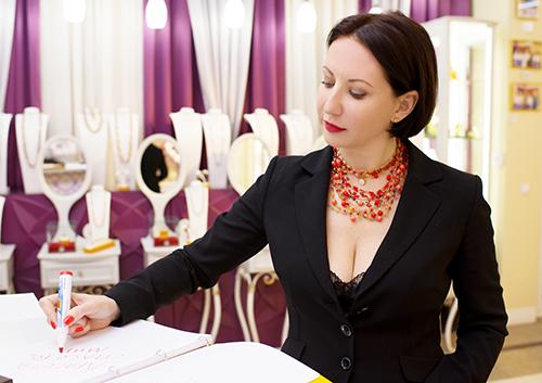 Алика Смехова высоко оценила новую коллекцию украшений ювелирного холдинга «Галерея самоцветов»