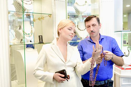 Лариса Вербицкая выбирает подарки в«Галерее Самоцветов»